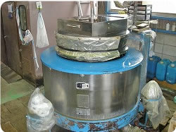 当社で使用している布団専用の洗濯機です。
