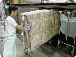 お布団専用の乾燥機でお布団を乾燥させます。